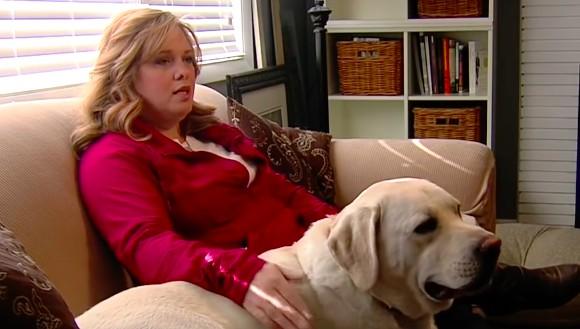 平常都超安靜的乖巧狗狗突然在家中「不斷嚎叫」,媽媽緊急打電話到學校確認女兒的狀況才驚覺好險有打過去!