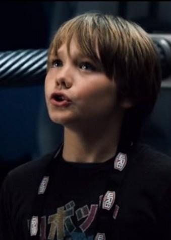 《鋼鐵擂台》中的小男孩小時候就已經把觀眾萌壞,5年後「鋼鐵猛男」模樣會讓妳害羞到看不停!