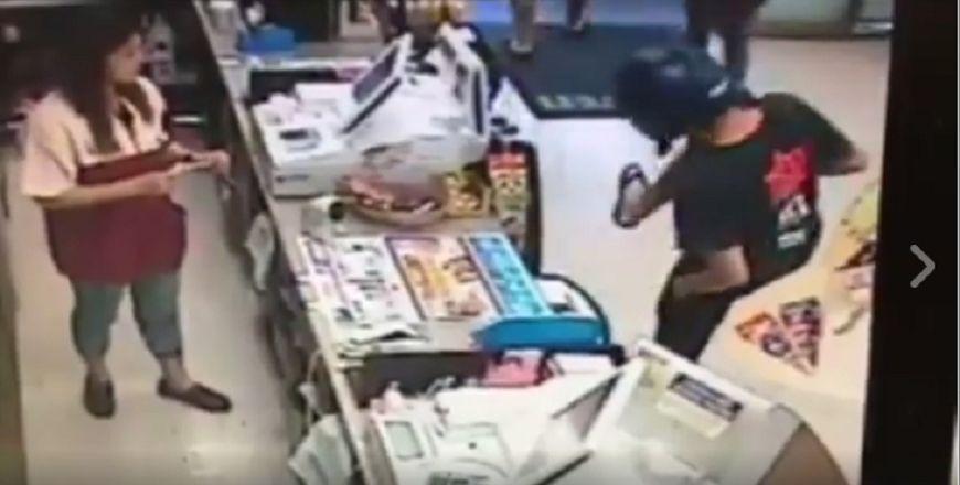 屁孩買菸被要求看證件就「舉起右腳秀出刺青」說「證件在這!」,結果店員下一秒立刻「也舉起左腳」...