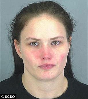 這位媽媽居然用一茶匙的鹽,餵給17個月大的女嬰直接把她給弄死。