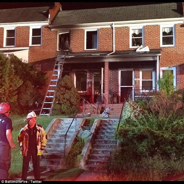 這隻狗狗家裡發生火災時沒有逃命,反而「趴在女嬰身上不願離開」直到消防人員到場看到畫面都驚呆了...