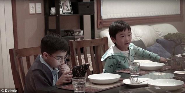 他們把沈迷手機小孩旁的家人通通換成「不認識的人」,結果當WiFi被關掉時他們「一抬頭」就徹底爆炸了!