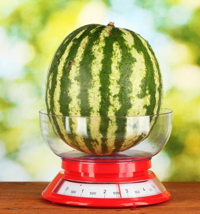 經驗豐富的瓜農告訴你「挑西瓜看這些地方」才可以又甜又多汁,再也不用敲西瓜敲個老半天了!