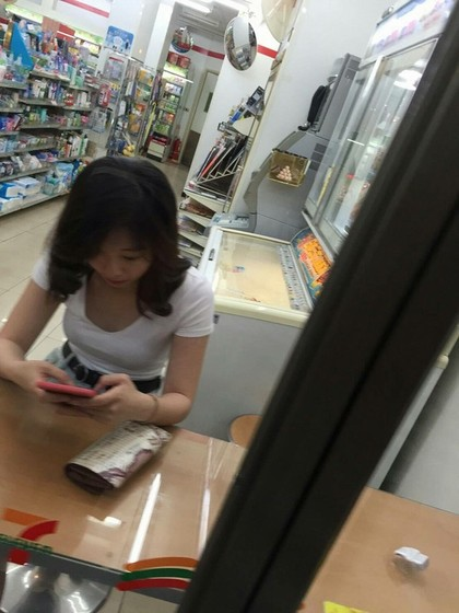 網友夜晚去便利商店看到正妹想拍照,沒想到就拍到了靈異鬼臉自己整個嚇壞。直到正妹站起來...