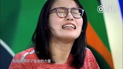 「洪荒姐」傅園慧變身名模走秀大秀女人味,結果下一秒立刻破功讓網友又有「新的表情包」可以用啦!