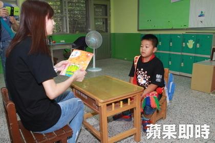 開學日只有他一個人孤單報到,老師說:「以後我當你的同學!」