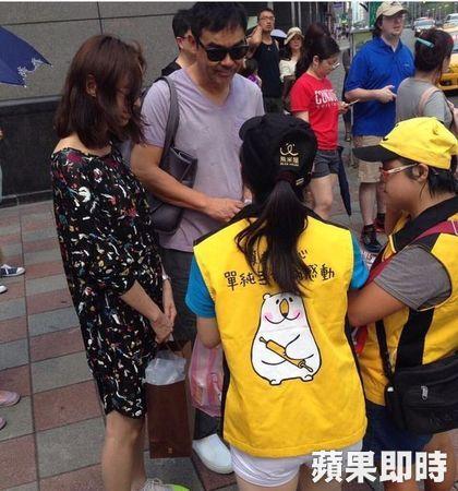 影帝劉青雲被發現帶著妻子出沒在台北街頭,還被拍到親切幫助身心障礙兒童,讓人超感動!