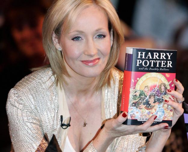《哈利波特》作者生日時,兒子竟然送了這個「上面罵髒話」的爆笑麻瓜杯子給她...