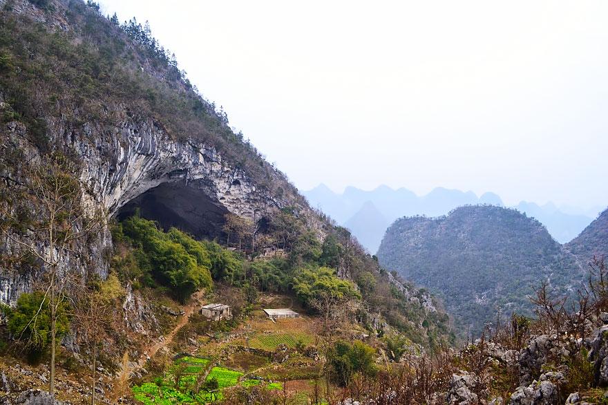 10張照片帶你一窺長年與世隔絕「住了20戶人家」的中國最後傳統穴居部落,#6山洞裡居然還有籃球場!