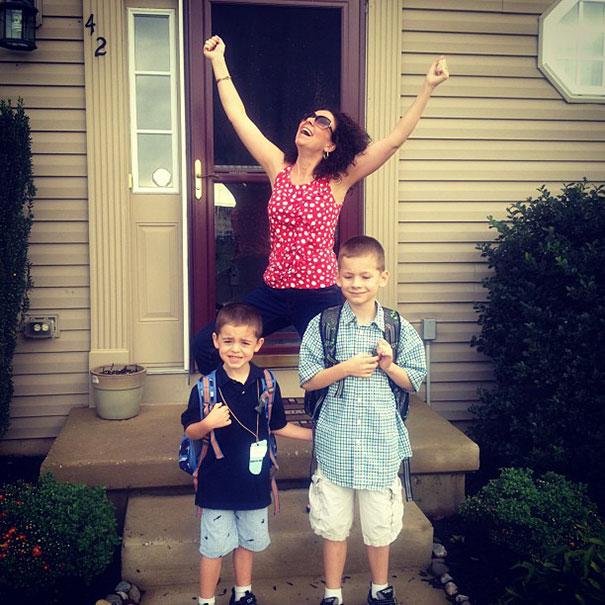 24張「終於等到小孩要開學」已經準備要香檳慶祝的爆笑爸媽照!