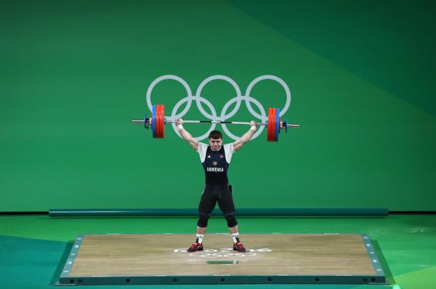 這名得過冠軍的王牌選手在里約奧運挑戰195公斤,接下來「手直接爆掉的畫面」讓觀眾都狂尖叫!