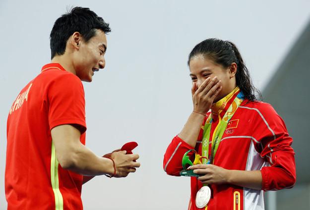 中國跳水女神何姿原本在台上領銀牌,但看到衝上來的男友才知道這次「她這次贏得全世界」了!