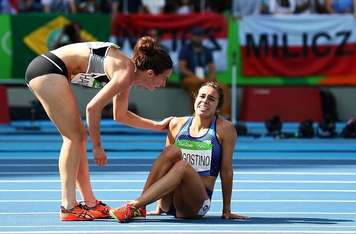 2名奧運田徑選手撞傷對方但卻互相扶持跑完比賽!雖然兩人都得最後一名「但讓人看到得金牌才不是真正的勝利」!
