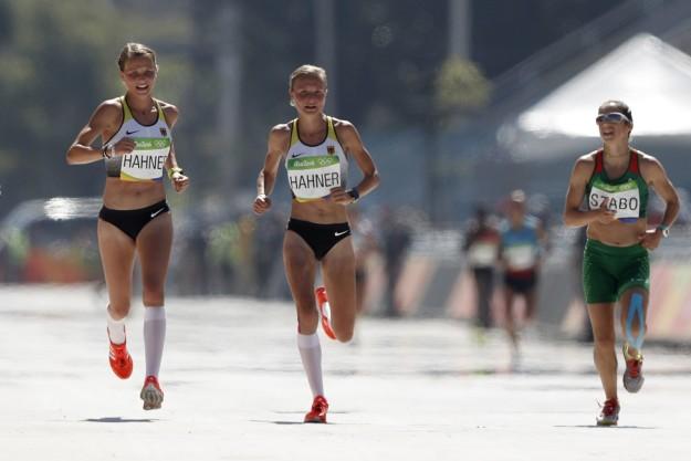 這對德國雙胞胎姐妹花在比馬拉松決賽衝向終點時「因為牽手」,被全德國人民罵到爆!