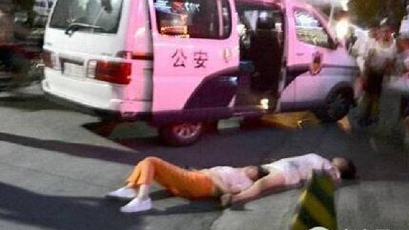2位中國大媽為了超瞎原因「在馬路上激烈大吵8小時」,最後內力用完兩個人「口吐白沫」當場昏倒在地...
