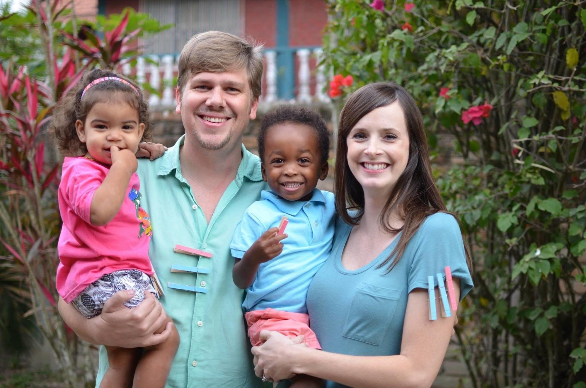 這對白人夫妻超恩愛…老婆懷孕後卻生下「3個黑人寶寶」 老公反而笑得很開心?