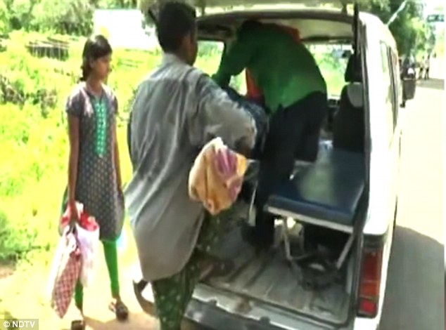 Mr Majhi loads the body of his wife into an ambulance, which completes the rest of the journey to his house