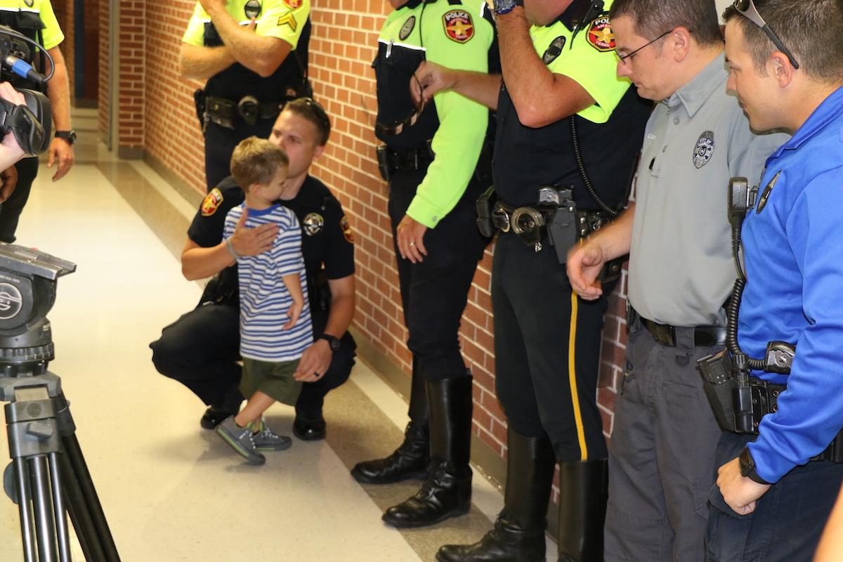 4歲小男孩開學日上學時竟「冒出一隊警察護送他」全都成為他家人!超悲傷大家都忍不住鼻酸了...