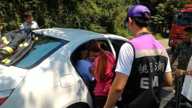 這位媽媽因為「捨不得打破BMW車窗」竟讓小女嬰太陽下悶車內1小時!網友砲轟「根本不配當媽媽」!