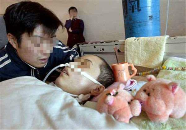 她因為車禍成了植物人但老公堅持讓她生下孩子,沒想到這堅持救了兩個人的性命!