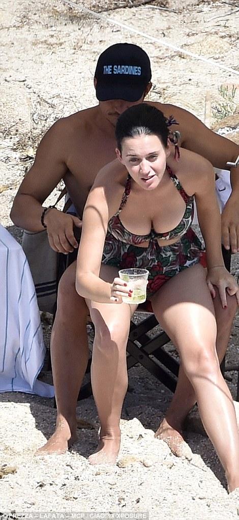 奧蘭多布魯與凱蒂佩芮繼露鳥事件後又被拍到「更大尺度解放」!這次誇張到連凱蒂都看不下去了...