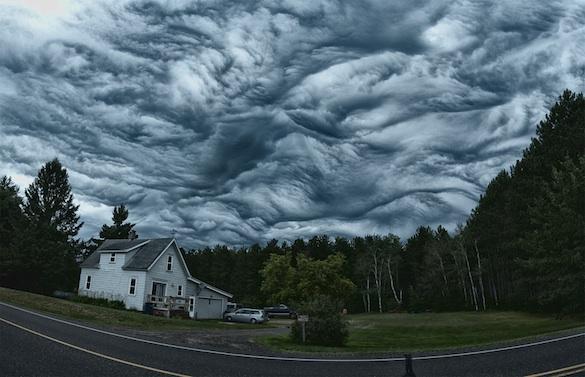 24個讓你看到傻眼「以為是造假」的自然現象 半空中出現旋轉綿密奶泡!