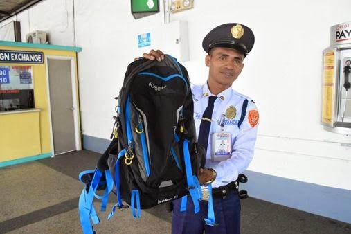 這名警衛窮到連午餐都買不起了,但還是超正義「堅持不拿歸還找到有$34萬的背包」。轟動全國!