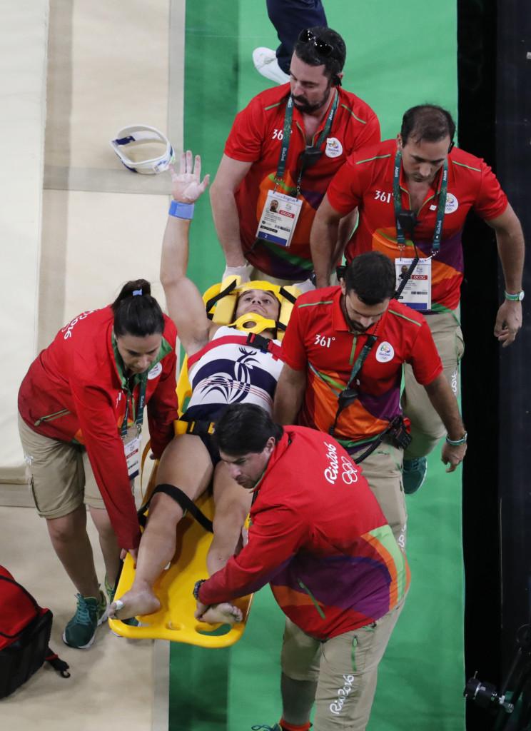 奧運體操選手在跳馬時落地太猛竟直接當場摔斷腿「呈90度不正常扭曲」,看到受傷全過程已經快吐了...