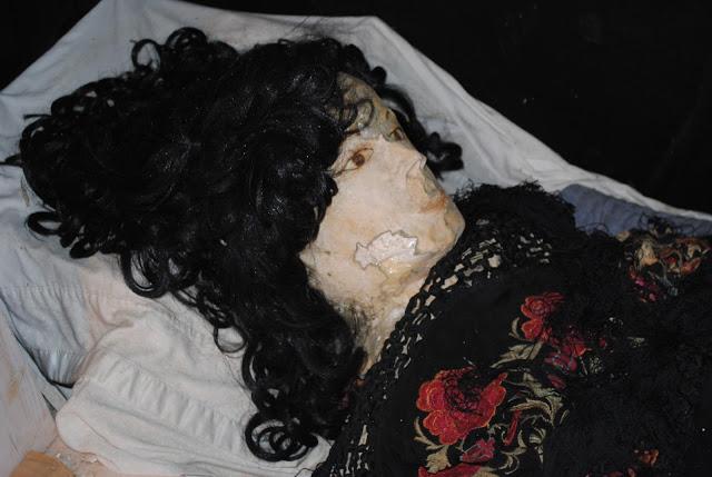 癡情的他在小三死後竟然將屍體「改造成娃娃」跟屍體愛愛長達7年,最震撼的是保存屍體的方式...