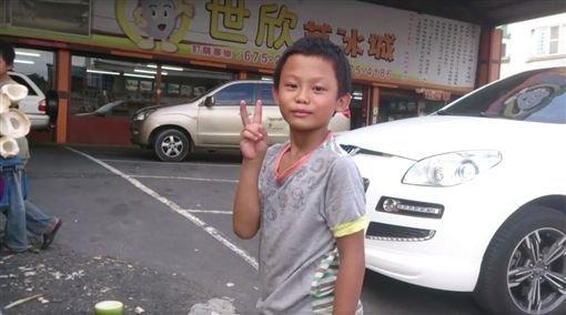 11歲小男孩被稱父母雙亡孤苦無依只能砍竹筍過活,但當地區長看到新聞就怒跳出來說:「不要亂傳」!
