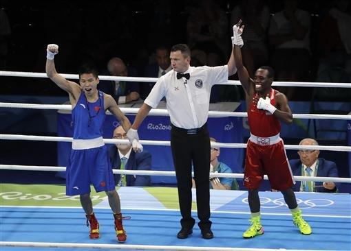 這位大陸拳擊手以為自己獲勝已經開心的舉手歡呼,結果下一秒卻讓他尷尬到想直接人間蒸發掉。