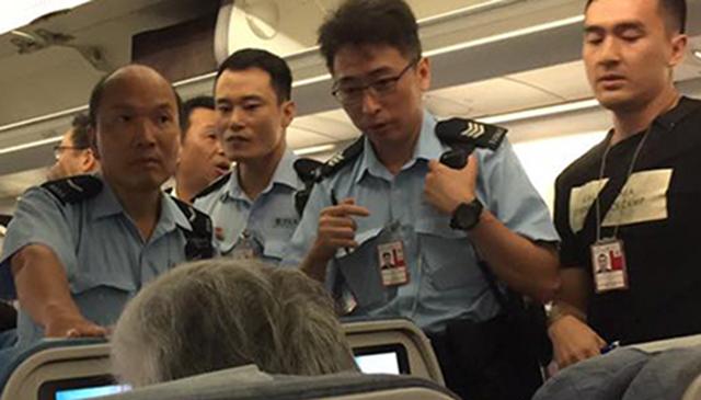 中國大媽「沒先訂兒童餐」還拿果汁襲擊空姐,結果機門一開她就爆哭說以後不敢了!