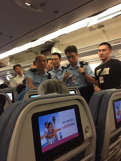 中國大媽「沒先訂兒童餐」竟然直接拿果汁潑空姐 結果機門一開她爆哭:以後不敢了!