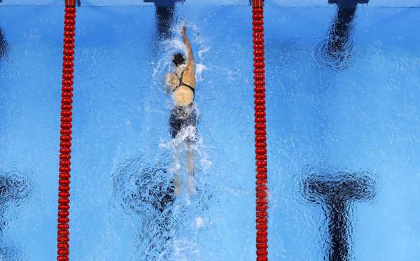 這名19歲奧運「超狂女飛魚」因為游太快一整個超越其他對手,攝影機拍起來竟然像「只有一個人在比賽」!