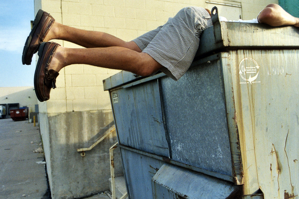 他跑進垃圾桶裡睡大頭覺,結果卡車把他和垃圾挖進去後就開始壓扁...