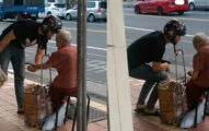 女子在車站前驚見正在行動中的暖男,馬上拍照記錄被網友大誇「100分暖男帥慘了!」