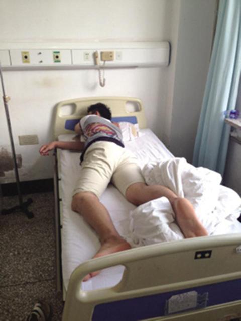 就在等待老婆剖腹生產時,隔壁病房休息的他醒來發現屁股超痛有火燒的FEEL...
