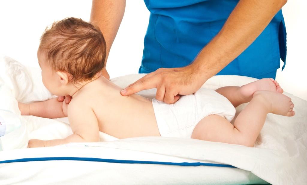 小寶寶背後其實有一個長形的「扭屁股開關」,當爸爸將手延著背畫下去後真的萌到我笑炸了!