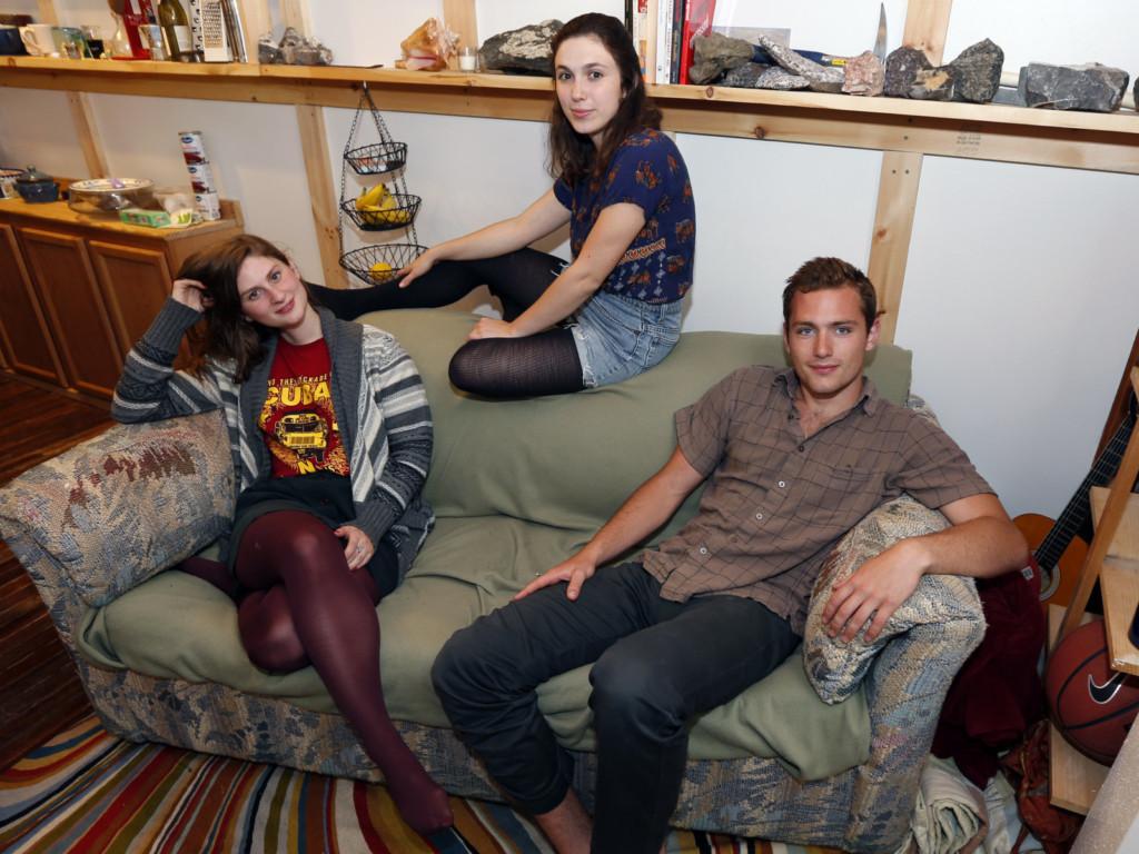他們用600塊買了個舊沙發,結果發現竟然藏有126萬跟一個貴重秘密讓他們的人生從此改變...