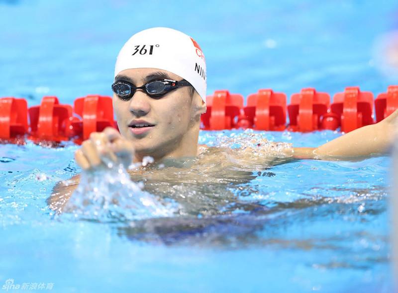 這位代表中國參加今年奧運游泳比賽的小鮮肉,他俊俏的臉蛋加上超結實的腹肌已經讓網友熱搜他到網路快癱瘓了!
