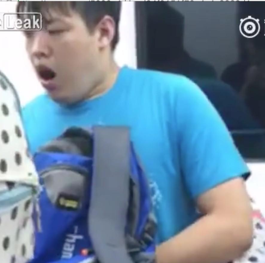 電車裡這名男子看到前面媽媽在餵奶,接著就立刻把手開始打起來了...