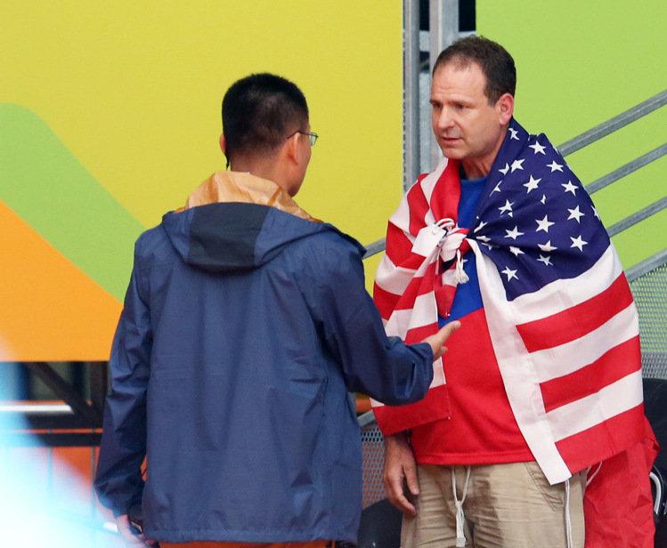 「美國人克里斯」每場奧運比賽都攜帶台灣國旗,他認為「台灣需要他的幫助」讓全部台灣人都感動萬分!