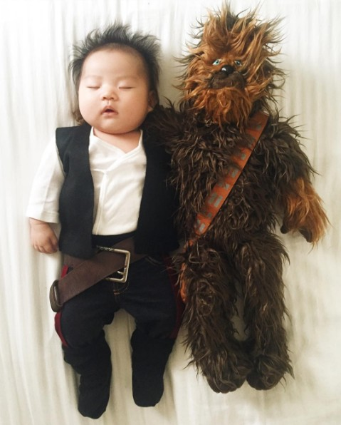 這位媽媽趁女嬰熟睡時「打扮成超多可愛人物」,她的「20種身分」已經萌死上百萬人啦!