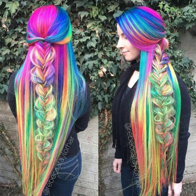 這名女子擁有不可思議的彩虹長髮,看到她把頭髮解開後你才能知道「夢幻髮型」到底長什麼模樣!