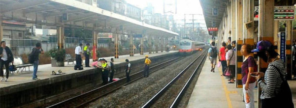 埔心車站的婦人落軌死亡事件:網友說當時手機飛到她身旁當她正要去撿時,身邊沒人卻聽到「不要撿!」