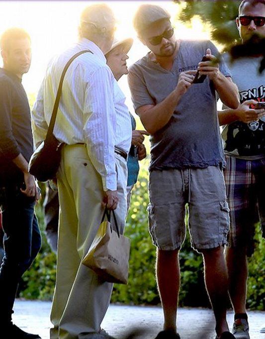 李奧納多被民眾拍到搖身變成「暖心大叔」,幫走失老夫妻找路的「零架子」模樣證明了他才是真正的巨星!