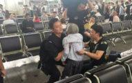 80歲行動不便老奶奶忘帶身分證受困車站,接著特警「直接把她抱起來」讓她感動到痛哭了!