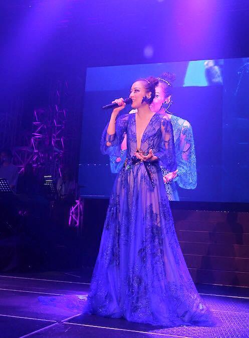 鄭秀文香港演唱會不但走音還失聲,最後對歌迷們哭說「我好痛苦,可不可以退錢?」