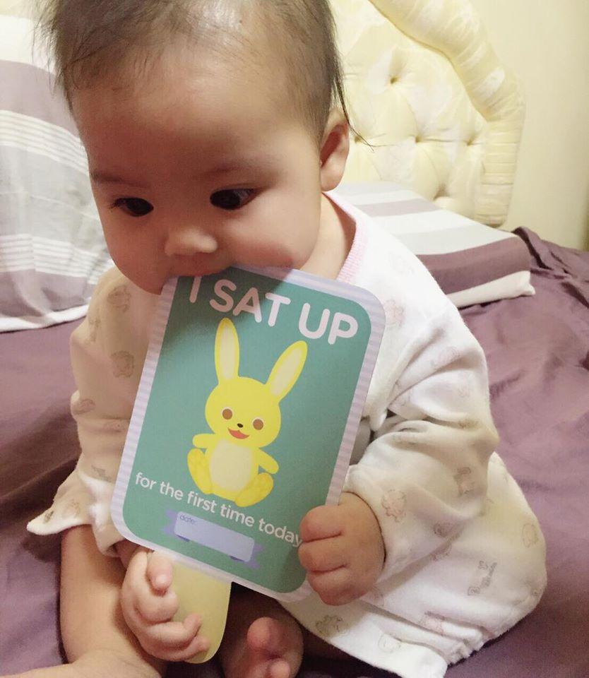 分手妹陳佩佩的女兒「Hello」大眼坐著咬卡模樣超萌,網友說:「咘咘強大勁敵出現了!」