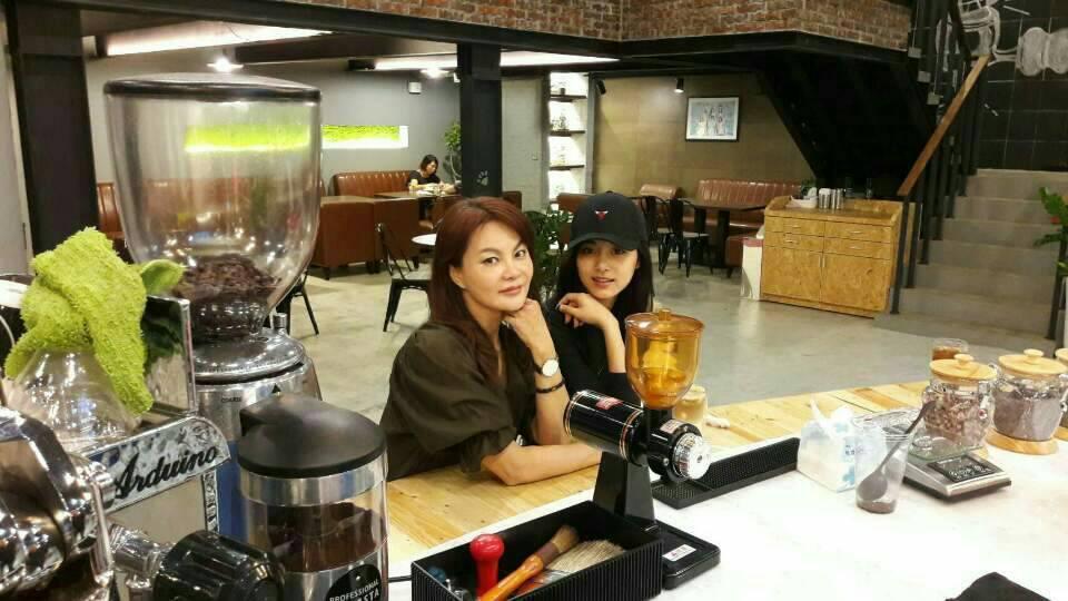 周子瑜突然出現在媽媽的「這間」咖啡廳,低調「跟媽媽最美素顏合照」一旁客人還沒認出來!